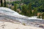 Sular 48 metre aşağıya dökülüyor.