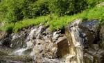 Her kayalıktan sular akıyor.