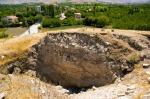 Aslantepe'deki tarih katmanları. En üst bölümde Bizans mezarları görünüyor.
