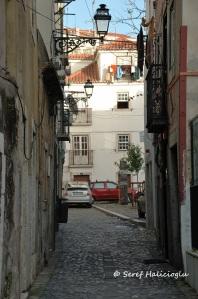 Portekiz'in ilk Fado şarkıcısı olarak kabul edilen ve 1820-1846 yılları arasında yaşamış olan Maria Severa Onofriana'nın evinin bulunduğu yer olması nedeniyle sokağa onun adı verilmiş.
